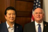 최명우 목사(좌)와 론에스테스 캔사스 연방하원의원(우)