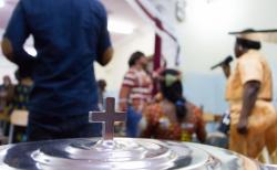 리비아 기독교인들이 성찬식을 진행하고 있다.