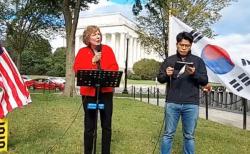 수잔 숄티 대표(왼쪽)가 미국 현지 시간 26일 워싱턴 D.C.에서 열린 통일광장기도회에서 강연하고 있다. ©유튜브 영상 캡쳐