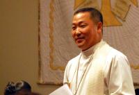 박민찬 목사가 예배를 인도하고 있다.