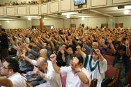 할렐루야대회에 참석한 성도들이 간절히 기도하는 모습