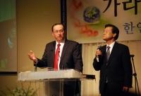 말씀을 전하는 GGBTS 제프 오지 총장과 통역하는 길영환 목사