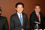 워싱턴주에서 시애틀 투자유치를 성공적으로 마치고 기자회견을 하는 김문수 경기도지사