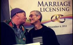 시애틀 동성결혼 합법화 첫날, 결혼증명서를 받고 기쁨을 나누는 남자 동성커플ⓒ본사DB