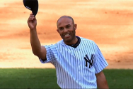 뉴욕 양키스의 특급 마무리 투수 마리아노 리베라가 경기를 마무리하고 모자를 흔들며 팬들의 환호에 답례를 하고 있다.  ©mlb.com