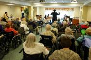 인패스 청소년 오케스트라가 3월 8일 그린스프링 빌리지에서 봉사 연주회를 열었다.