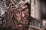 영화 속에서 가시 면류관을 쓰고 피를 흘리고 있는 예수 그리스도의 모습. ⓒ플레인글로벌 제공