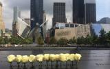 미국 뉴욕 9.11 테러 추모관 내의 희생자 이름이 새겨진 동판이 흰 장미로 장식되어 있다. ⓒThe Christian Post/Leonardo Blair.