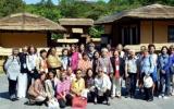 위민크로스DMZ 행사에 참석한 여성들이 첫날 김일성 우상화의 사적지인 만경대를 방문하면서 이번 행사가 북한 체제 홍보를 위한 목적이라는 비판이 더욱 커졌다. 사진은 노동신문 캡춰