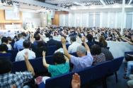 2015 뉴저지 호산나대회가 29일 필그림교회에서 개막했다. 참가자들이 손을 들고 간절히 기도하고 있다.