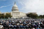 미국 하원 앞에서 기도하는 무슬림들. 무슬림들은 또한 의회 내에서도 기도할 수 있으며, 미국민을 대표하는 의원들을 위해 알라에게 개회 기도를 하기도 한다. ©maozisrael
